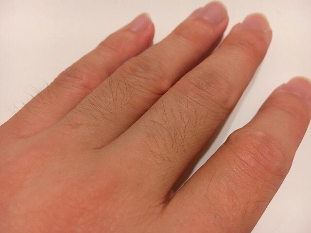 除毛クリームを塗る前の手の指毛
