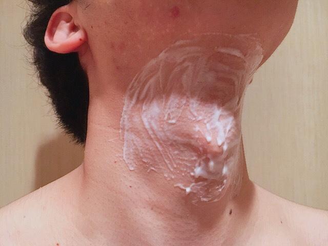 除毛クリームを塗り首毛(喉仏まわり)が溶けるまで5~10分待つ