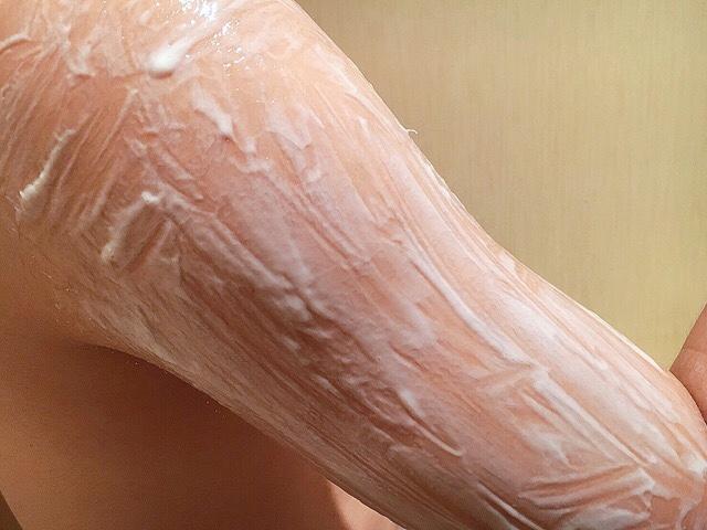 除毛クリームを塗り手の毛(二の腕)が溶けるまで5~10分待つ