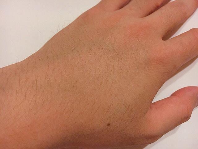 除毛クリームを塗る前の手の甲の毛