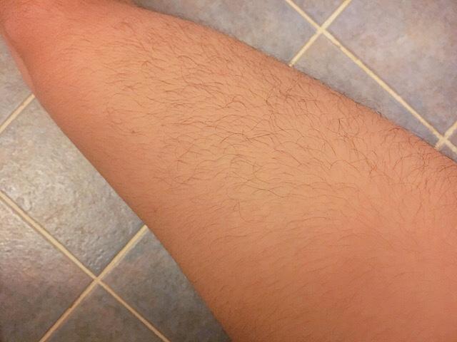 除毛クリームを塗る前の足の毛(太もも)