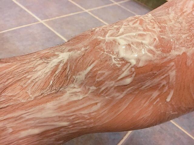 除毛クリームを塗り足の毛(膝小僧)が溶けるまで5~10分待つ