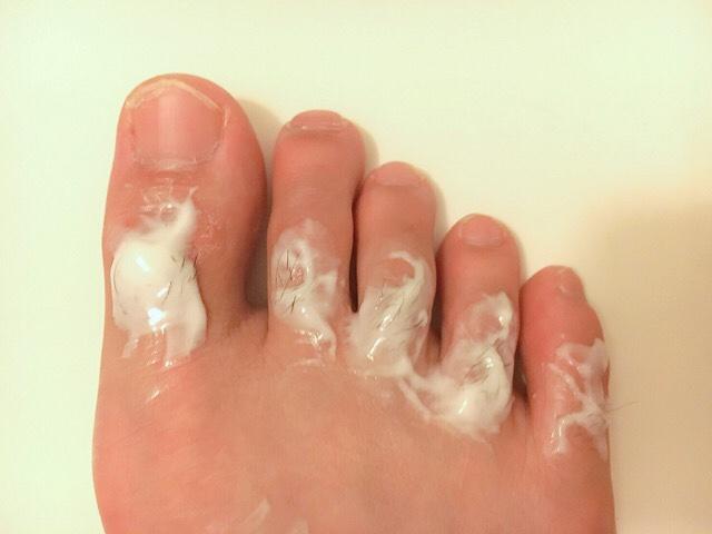 除毛クリームを塗り手の指毛が溶けるまで5~10分待つ