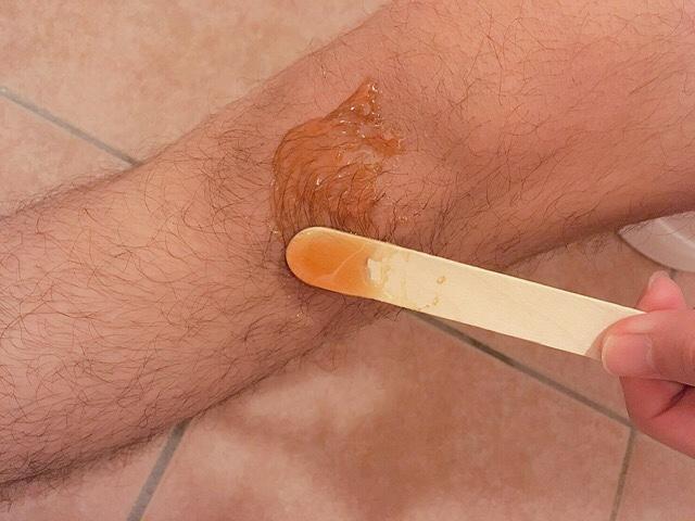 足の毛(膝小僧)にブラジリアンワックスを薄く塗る