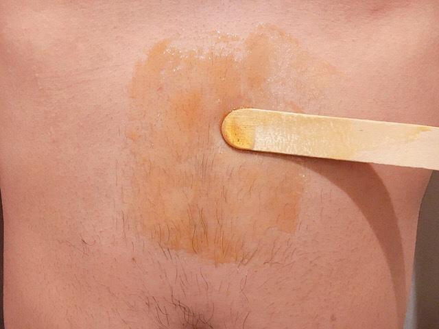 腹毛にブラジリアンワックスを薄く塗る