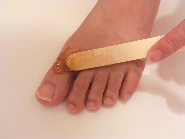 足の指毛にブラジリアンワックスを薄く塗る