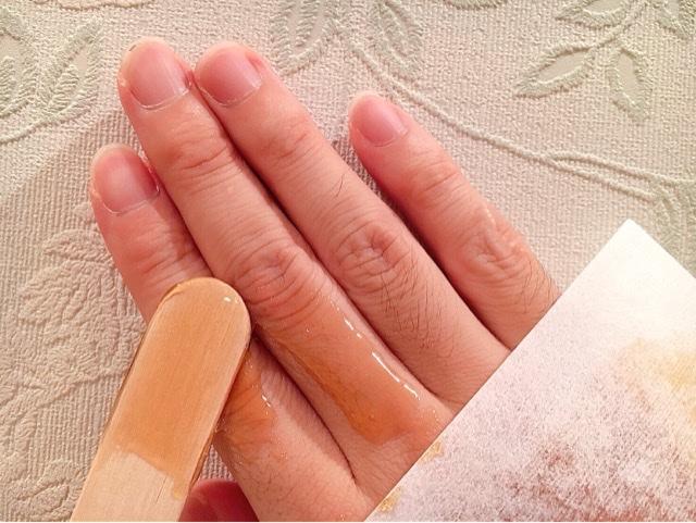 手の指毛にブラジリアンワックスを薄く塗る